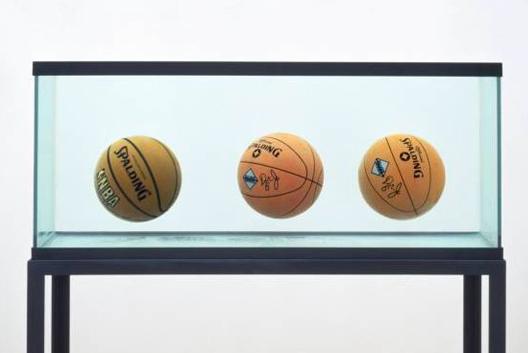 Trois ballons de baskets